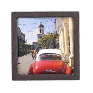 Auto americano clásico viejo en Guanabacoa una ciu Caja De Regalo De Calidad