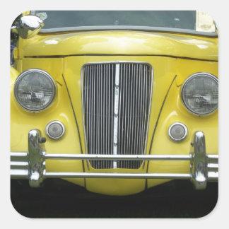 Auto clásico de la antigüedad amarilla clásica de calcomanía cuadrada