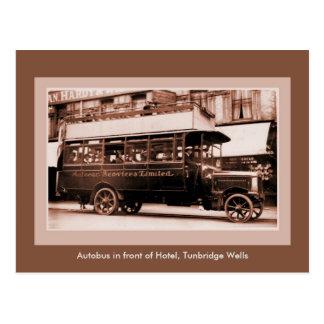 Autobus antiguo delante del hotel, pozos de tarjetas postales