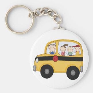 Autobús escolar con las camisetas y los regalos de llaveros personalizados