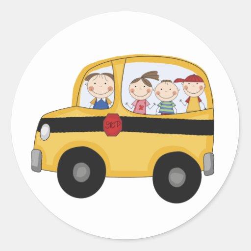 Autobús escolar con las camisetas y los regalos de etiquetas redondas