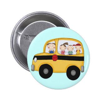 Autobús escolar con las camisetas y los regalos de pins