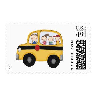 Autobús escolar con las camisetas y los regalos de sellos