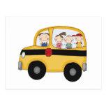 Autobús escolar con las camisetas y los regalos de postal
