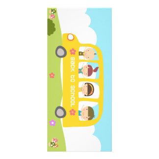 Autobús escolar de nuevo a tarjetas del estante de tarjetas publicitarias