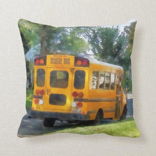 Autobús escolar parqueado almohadas