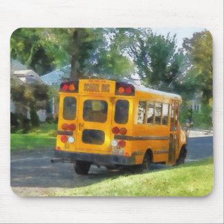Autobús escolar parqueado mouse pads