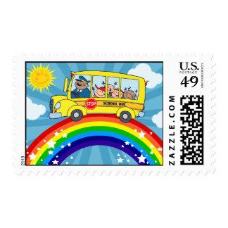 Autobús escolar que conduce en un arco iris sello