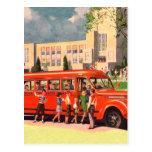 Autobús escolar retro del rojo del niño de la escu postal