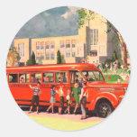 Autobús escolar retro del rojo del niño de la etiqueta redonda