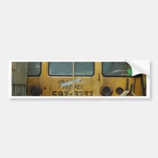 Autobús escolar viejo etiqueta de parachoque