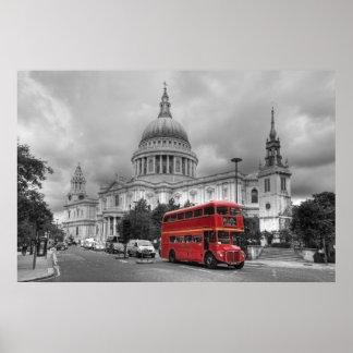 Autobús rojo de Londres en la ciudad de Londres Póster