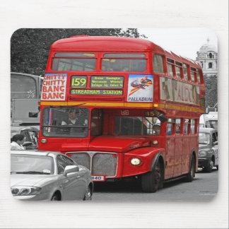 Autobús rojo teñido rojo Mousepad de B/W Londres