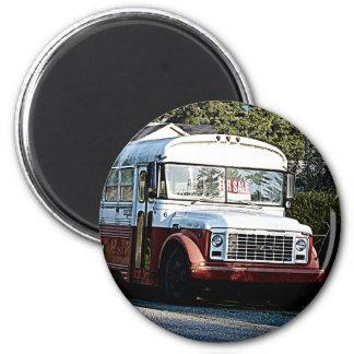 Autobús rojo y blanco jubilado imanes