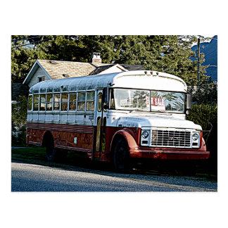 Autobús rojo y blanco jubilado tarjeta postal