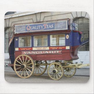 Autobús traído por caballo del vintage, Londres Tapetes De Raton