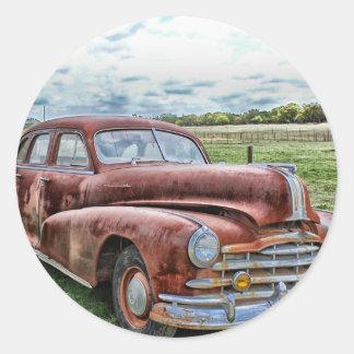Automóvil clásico viejo oxidado del vintage del pegatinas redondas