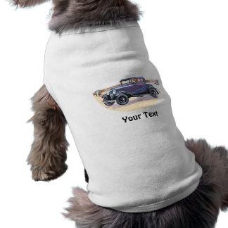 Automóvil colorido del vintage de los años 20 en a camisa de mascota