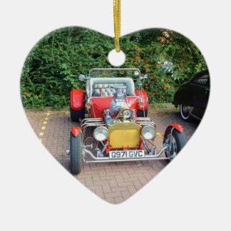 Automóvil descubierto clásico del coche de adorno navideño de cerámica en forma de corazón