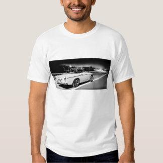 Automóvil descubierto de Datsun en la noche Playera