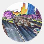 Autopista sin peaje que conduce en hoja coloreada etiquetas redondas