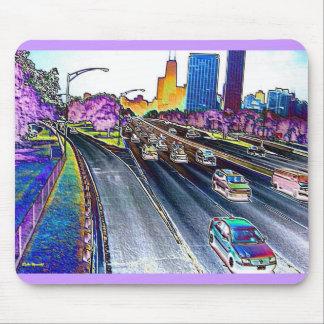 Autopista sin peaje que conduce en hoja coloreada alfombrillas de raton