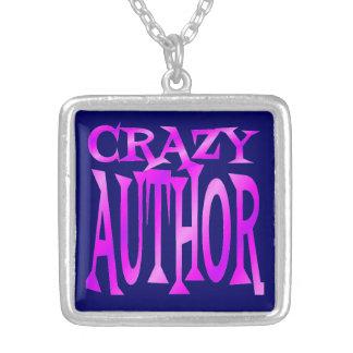 Autor loco en rosa collar plateado