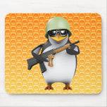 avances del soldado del pingüino 3d alfombrilla de ratón