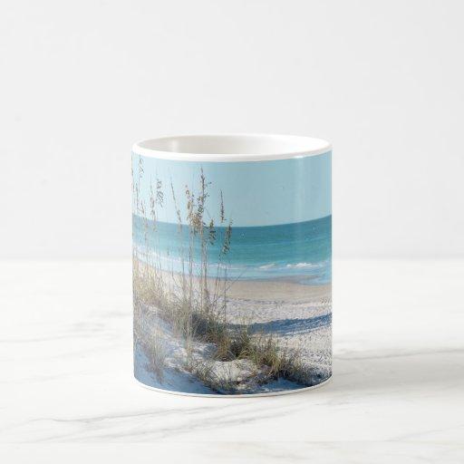 Avena serena del mar de la playa y agua azul tazas