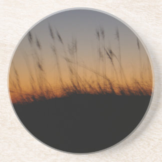 Avena y dunas del mar en la puesta del sol posavasos personalizados