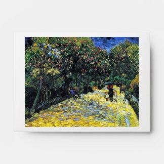 Avenida con los árboles de castaña florecientes en sobres