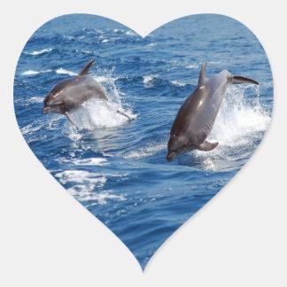 Aventura del delfín pegatina en forma de corazón