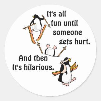 Aventura del esquí del pingüino pegatina redonda