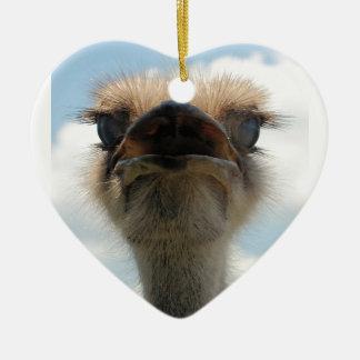 Avestruz fea del hombre adorno navideño de cerámica en forma de corazón