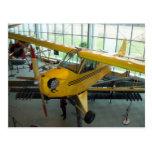 Avión amarillo.  Museo de la aviación del parque d Tarjeta Postal