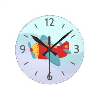 Avión colorido y adorable para el sitio del muchac relojes