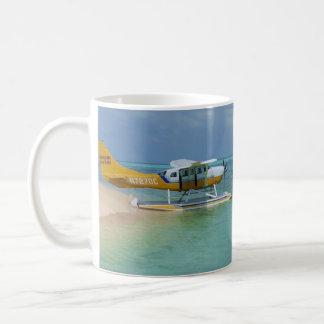 Avión de mar en el agua taza
