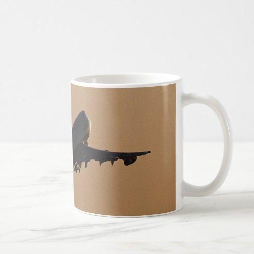 avión de pasajeros de la puesta del sol taza de café