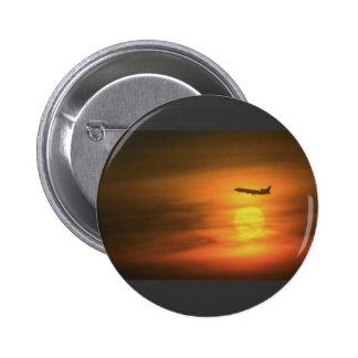 Avión de pasajeros en la puesta del sol, en la rut pin