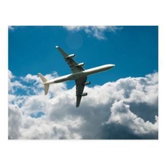 Avión de reacción que asciende en las nubes postales
