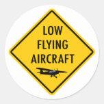 Aviones bajos del vuelo - señal de tráfico pegatinas redondas
