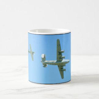 . Aviones de arriba del _WWII B24 y T6 Taza De Café