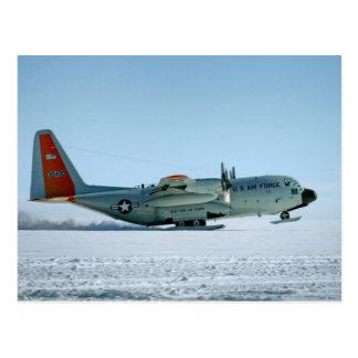 Aviones de Hércules equipados de los esquís de la Postal