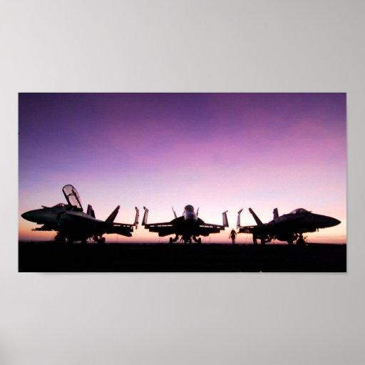Aviones del avispón de F/A 18 en la puesta del sol Poster