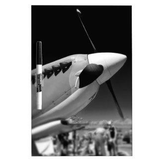 Aviones del Mk 1A del Spitfire en blanco y negro Pizarras Blancas De Calidad