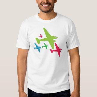 Aviones retros del vintage en la formación camisas
