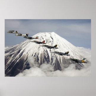 Aviones sobre el monte Fuji, Japón Póster