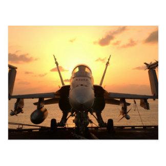 Avispón F-18 en el mar a bordo portaaviones de los Tarjetas Postales