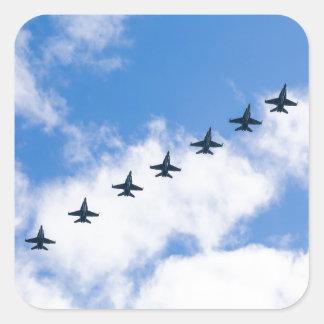 Avispones de F-18C que vuelan en cielo azul con Pegatina Cuadrada