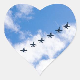 Avispones de F-18C que vuelan en cielo azul con Pegatina En Forma De Corazón